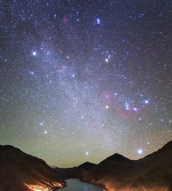 Das durch sechs besonders helle Sterne umgrenzte Wintersechseck ist zur Zeit am besten zu beobachten (Bild: Star-Observer/Jeff Dai).